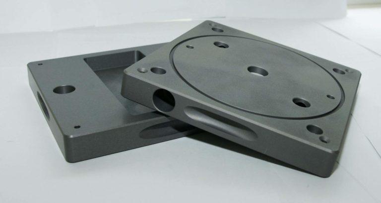 корпусная пластина с фрезерной обработкой из анодированного аллюминия