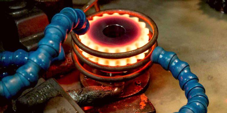 Индукционная закалка металлической шестерни